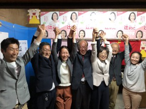 日本共産党4人全員当選が決まった直後、万歳する(左2人目から)渋谷、辻、前川、朝子、井上の各氏=22日未明、大山崎町=